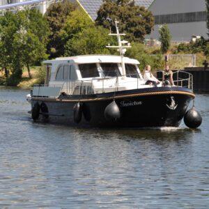 Invictus arriving in the port 1 small